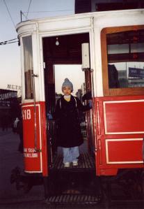 Si bungsu berpose di pintu tram