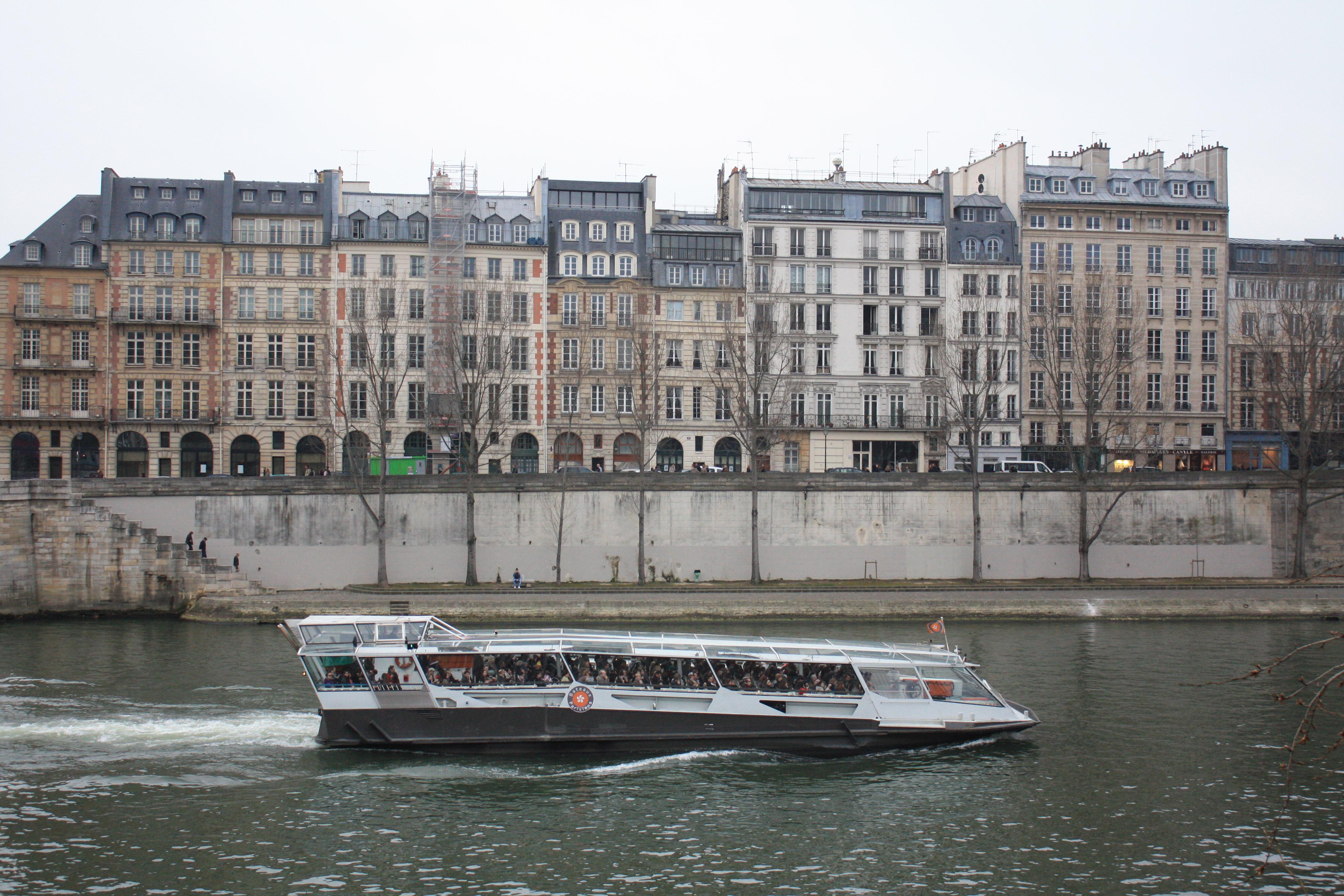 Stasiun metro St Michel dan stasiun Pont Neuf terletak hanya beberapa puluh meter dari tempat ini Meski sebenarnya untuk menjelajahi Quartier Latin yang