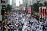 -ribuan-warga-dari-sejumlah-ormas-islam-menggelar-parade-_150816144743-896