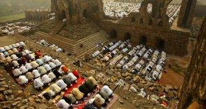 Umat Islam shalat di antara puing-puing masjid